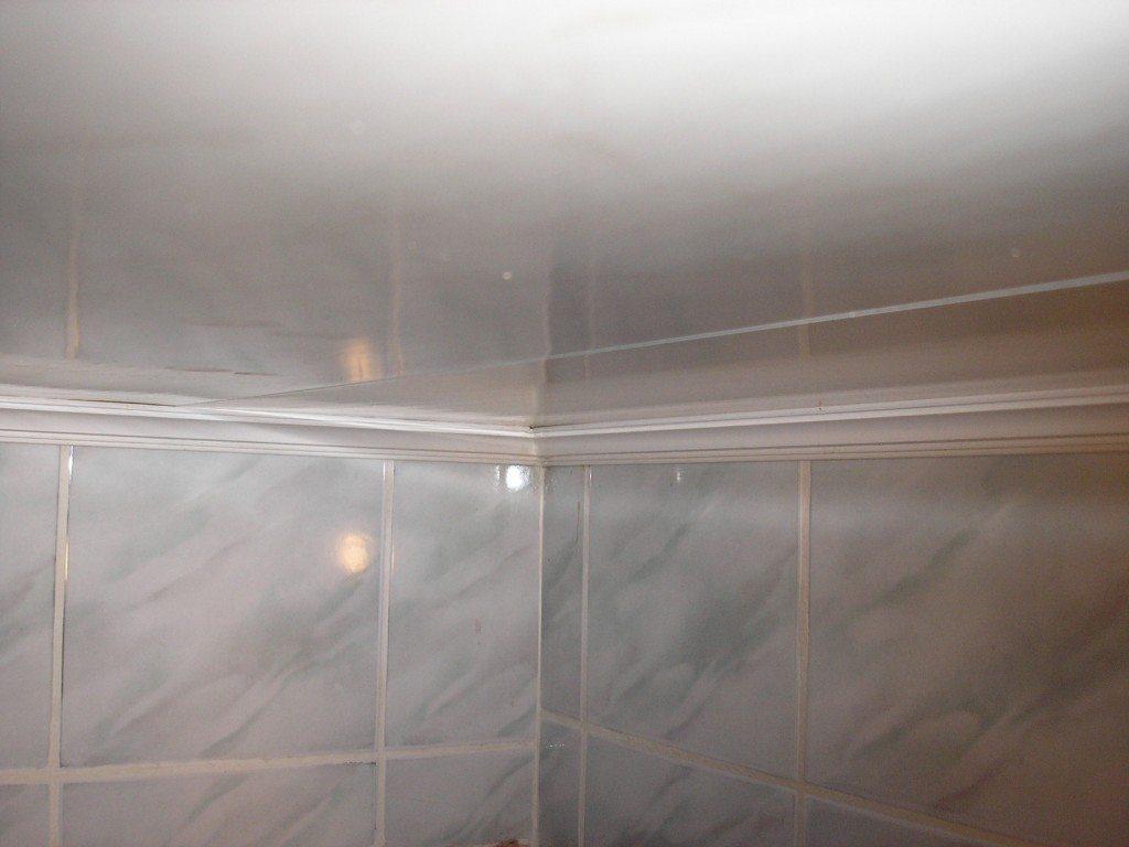 Частая причина деформации потолка - сочетание влажности с деревянной обрешеткой.