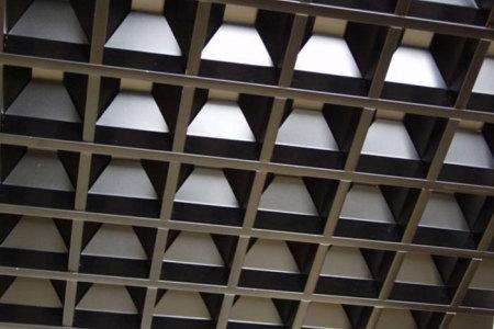 Рельефный пирамидальный решетчатый подвесной потолок восхищает своей оригинальностью и перспективой пространства.