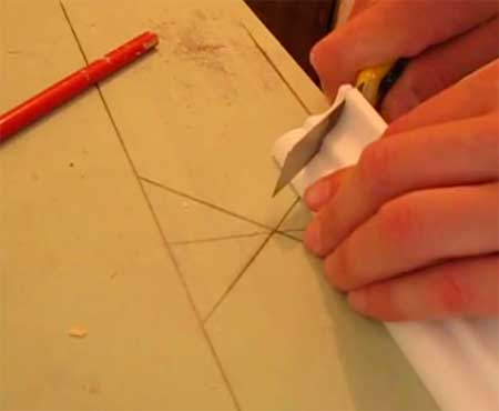 Обрезка плинтуса по нарисованным на бумаге линиям