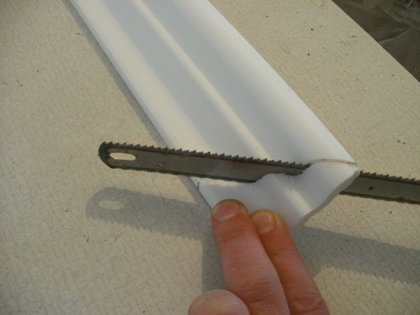 Обрезка потолочного плинтуса полотном по металлу