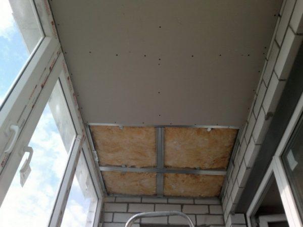 Обшивка по каркасу требует понижения уровня потолка, что не всегда возможно
