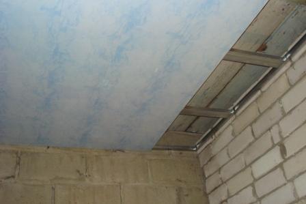 Обшивка потолочного каркаса пластиковыми панелями