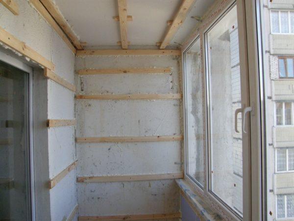 Обычно обшивка потолка выполняется вместе с отделкой стен