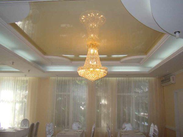 Обычные лампочки накаливания должны быть расположены далеко от натяжного полотна.