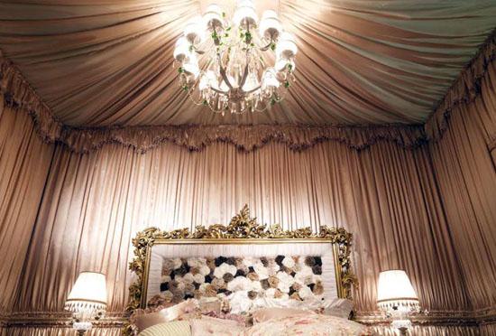 Очень необычно, оригинально, комфортно и сказочно смотрится комната с эффектом шкатулки: потолком под фактуру и цвет стен.