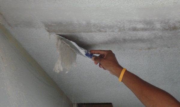 Очистка потолка от прежней отделки