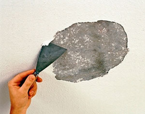 Очистка потолка в комнате