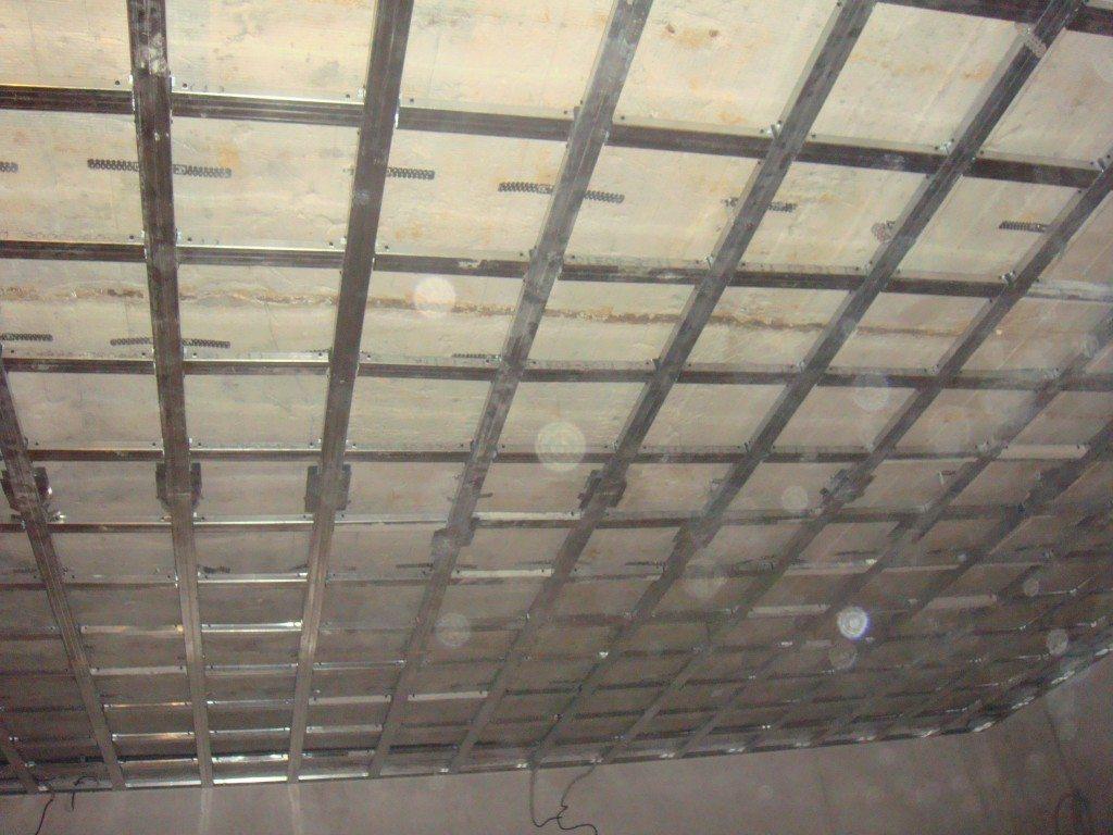 Один из способов сборки каркаса для подвесного потолка выглядит так.