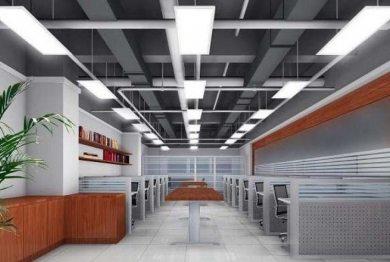 Светильники в офисном помещении развешиваются рядами, на одинаковом расстоянии друг от друга