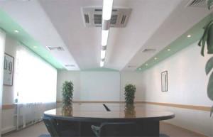 Светлые оттенки – лучшее решение для офисных потолков