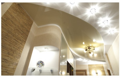 Оформление натяжного потолка точечными и подвесными светильниками