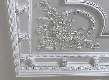 Имитация лепнины на потолке