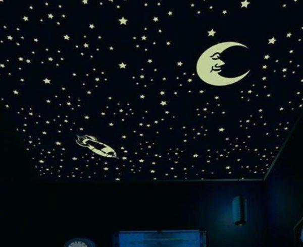 Оформление потолка светящимися наклейками.