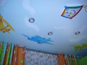 Одноуровневый потолок в детской