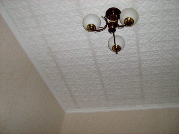 Оклеенный пенопластовой плиткой потолок