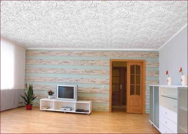 Гостиная с потолком, оклеенным рельефными обоями