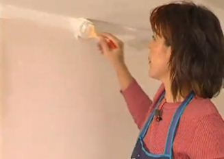 Для начала красим кисточкой место сопряжения потолка и стенки