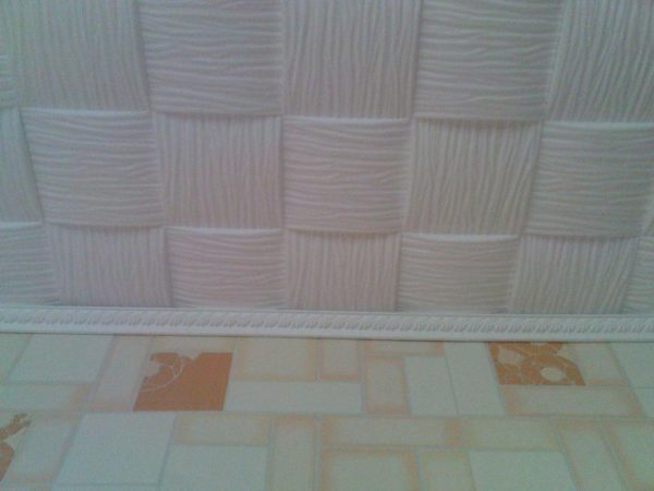 Оригинально смотрится на потолке бесшовная плитка