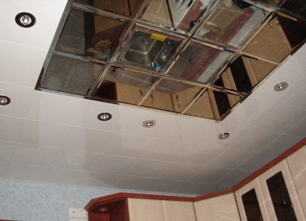 Оригинальный кассетный потолок с зеркальной поверхностью в центре