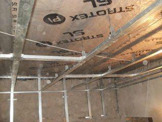 Готовая каркасная конструкция на стенах и потолке