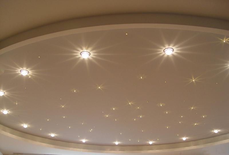Освещение натяжного потолка люминесцентными точечными светильниками