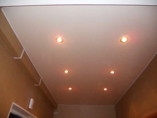 Продольные ряды однотипных светильников делают комнату длиннее.