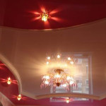 Освещение натяжного потолка точечными светильниками