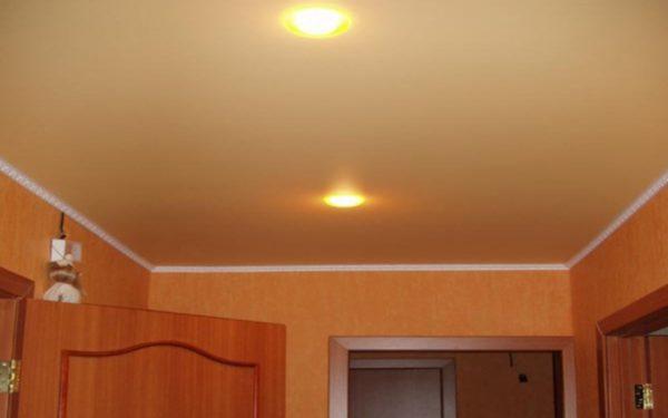 Осветительные приборы можно расположить межу потолком и полотном