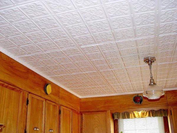 Отделанный пенопластовой плиткой потолок