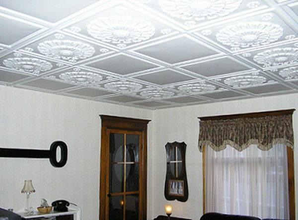 Отделанный плиткой потолок