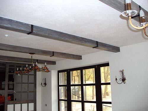 Потолочные балки, отделанные под интерьер в старинном стиле