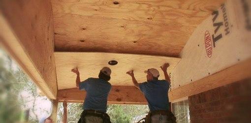 Подшивка потолка фанерой требует помощника