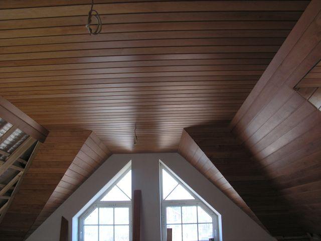 Такой потолок из шпонированных панелей невозможно отличить от дорогостоящих панелей из массива