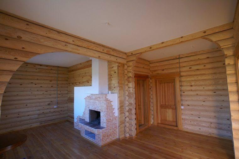 Белый потолок из гипсокартона в деревянном доме сделает помещение светлым, высоким и просторным
