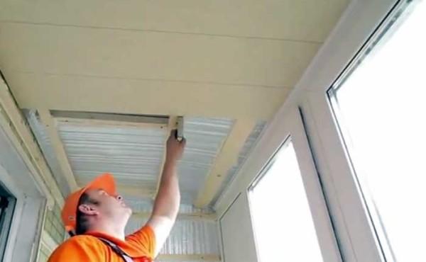 Отделка пластиком потолка на балконе