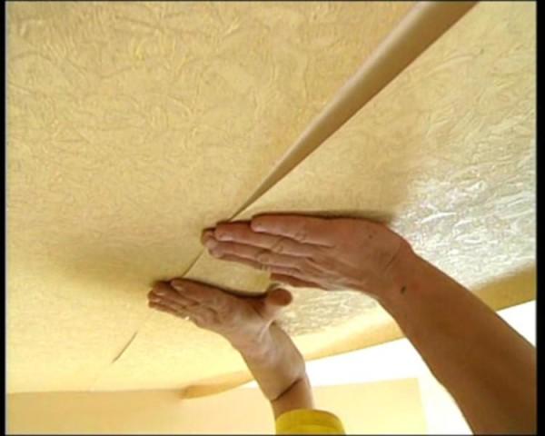Приклейка обойной полосы к потолочной поверхности