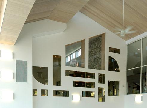 Оригинальный ремонт потолка позволит грамотно спрятать неприглядные потолочные балки, а дизайн стен дополнит уникальность интерьера