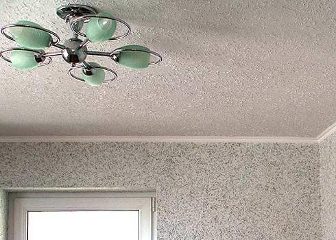 Отделка стен и потолка выполнена фактурной каской, колерованной в разные цвета.