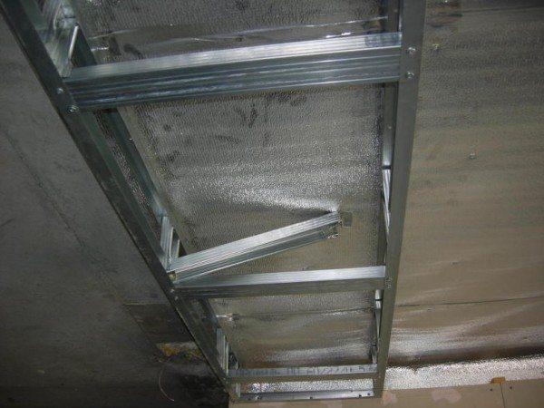 ьзя сказать, что натяжной потолок не сочетается с гипсокартоном: такие потолки мы можем видеть во многих квартирах и офисах, однако монтировать каркас и сам подвесной потолок придется с учетом особенностей нагрузки. Иначе - трещины по всем стыкам, а то и просто вырванный из креплений короб. Мы намеренно не будем приводить конкретных схем крепления. Они разрабатываются отдельно для каждого дизайна помещения.<span style=