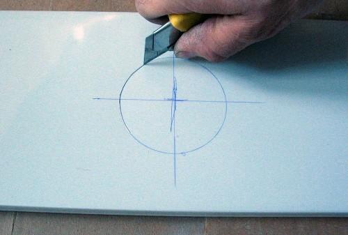 Отверстие для потолочного светильника можно вырезать ножом