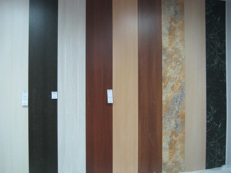 Обратите внимание, также на цвет – качественные потолочные панели должны быть равномерно окрашены.
