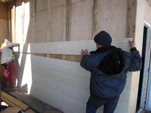 Тепловое расширение особенно важно учесть при наружном монтаже. Разница между летней и зимней длиной шестиметровой панели - больше сантиметра.