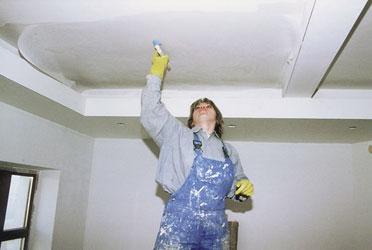 Перед покраской необходимо выровнять потолок