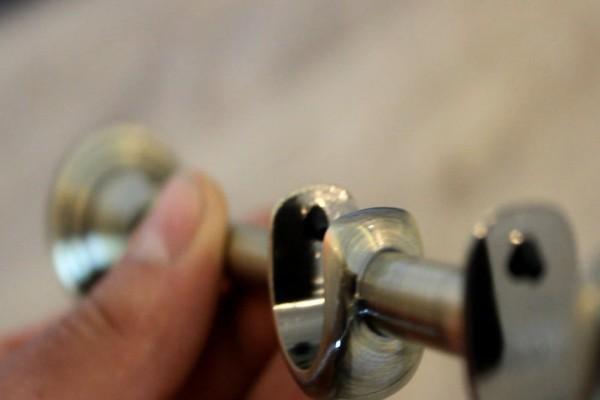 Перед тем как повесить потолочный карниз, тщательно подберите крепежные элементы, которые отличаются диаметром, размером и материалом