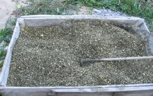 Перемешиваем опилки с цементом