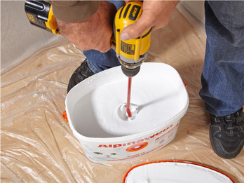 Перемешивание краски с помощью шуруповёрта