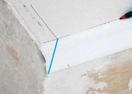 Переносим точку пересечения линий на плинтус