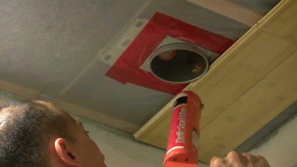 Планки начинайте монтировать с отступом от края потолка.