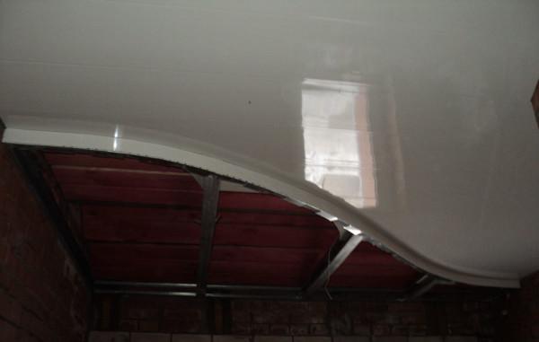 Расположенный вертикально профиль можно подшить к первому ярусу прямо через уже подшитые панели.