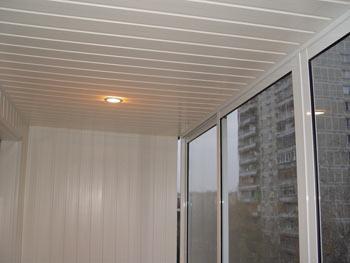 Обшивка балконного потолка пластиковой вагонкой